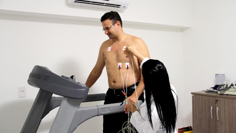 Em pacientes sem histórico de cardiopatia, quem deverá fazer um teste de esforço antes de iniciar a prática de exercícios físicos?